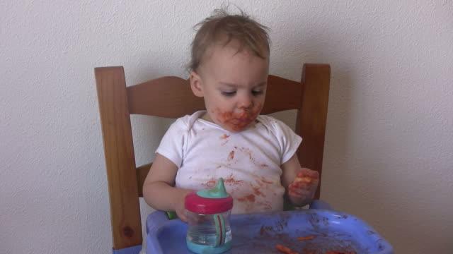 m-shot di un ragazzino mangiare pasta - salsa di pomodoro video stock e b–roll