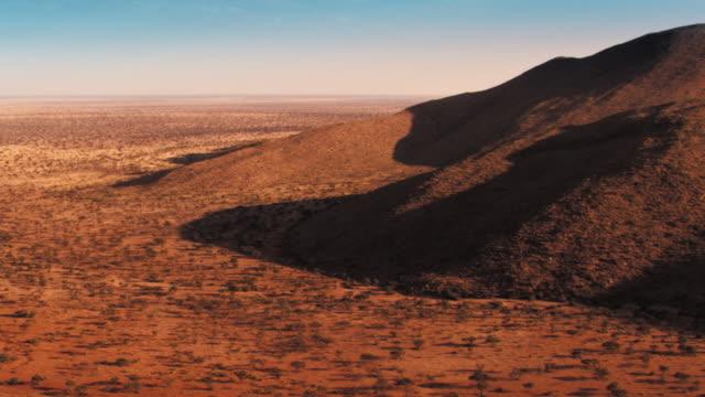 vídeos y material grabado en eventos de stock de meerkats stand alert at the entrance into a burrow. available in hd. - desierto del kalahari