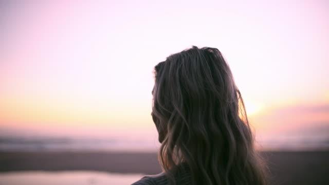 空が海に触れる場所に会おう - 金髪点の映像素材/bロール