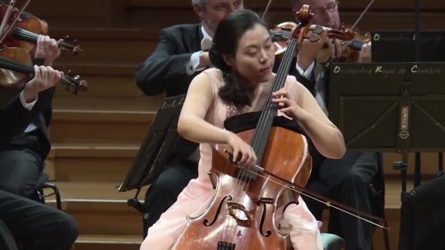vídeos y material grabado en eventos de stock de meet seungmin kang a young korean cellist who is battling 68 other aspiring greats in one of the world's most prestigious musical competitions the... - concursante