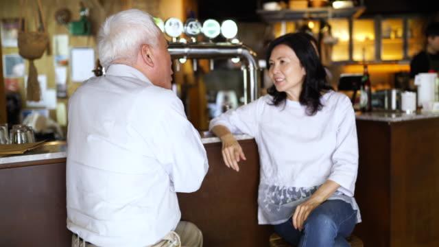 stockvideo's en b-roll-footage met ontmoeting met een goede oude vriend aan de bar - koffie drank