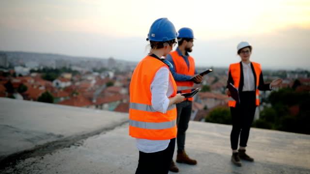 vidéos et rushes de réunion sur le chantier. vérification des plans - classe ouvrière