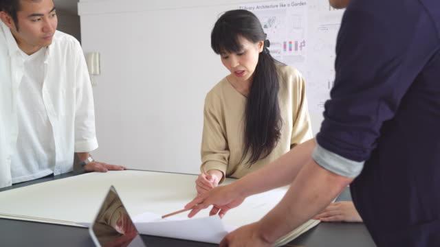 現代建築設計事務所での会議 - 30代点の映像素材/bロール
