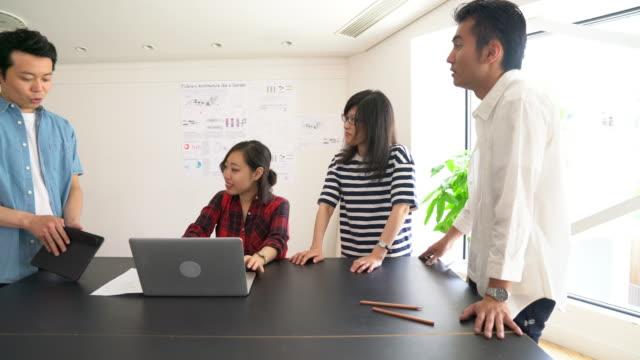 現代建築設計事務所での会議 - デザイナー点の映像素材/bロール