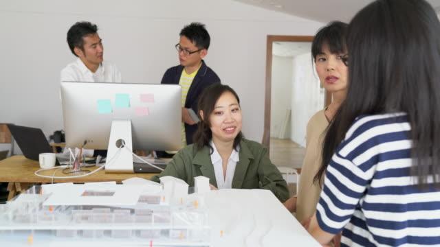 現代建築設計事務所での会議 - 作る点の映像素材/bロール