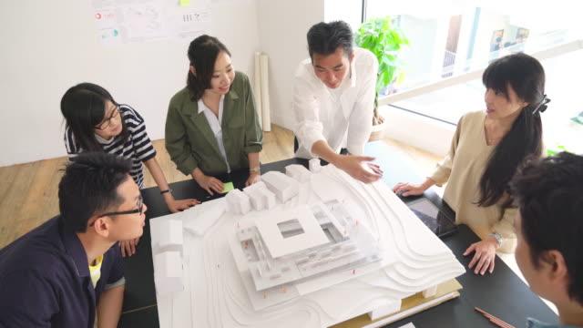 現代建築設計事務所での会議 - architecture点の映像素材/bロール