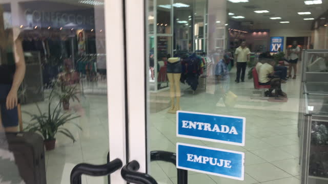 vidéos et rushes de meeting of workers in a retail store causes the late aperture of the business on june 15 in santa clara, villa clara, cuba. in cuba, workers... - ouverture du diaphragme
