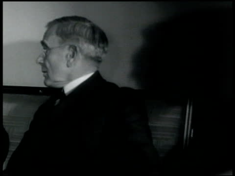 vidéos et rushes de meeting room american attendees of london naval conference admiral wh standley norman davis other male opening door bell boy arriving w/ paper... - 1935