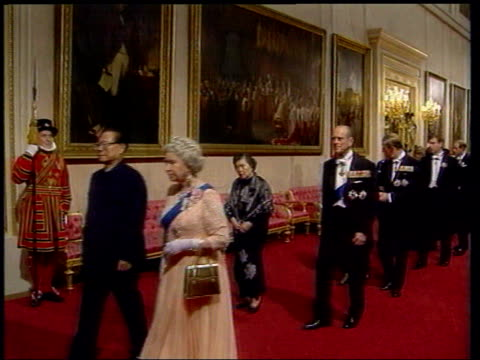 meeting to discuss image; pool england: london: buckingham palace: int queen and president jiang zemin along tgv state banquet for president jiang... - state dinner stock videos & royalty-free footage