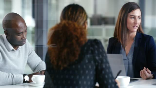 vídeos de stock, filmes e b-roll de reunião para discutir o próximo passo - vestuário de trabalho
