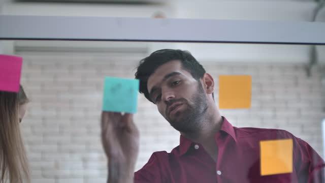 vídeos y material grabado en eventos de stock de reunión con notas post it - compañero de trabajo