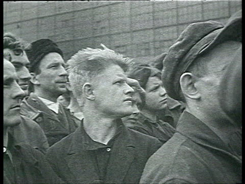 vidéos et rushes de meetings in factory against enemies of ussr workers gathered in courtyard third 'moscow trial' against bukharin antitrotskyite propaganda / russia /... - 1937