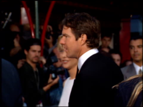 vidéos et rushes de meg ryan at the 'french kiss' premiere at grauman's chinese theatre in hollywood, california on may 1, 1995. - embrasser sur la bouche