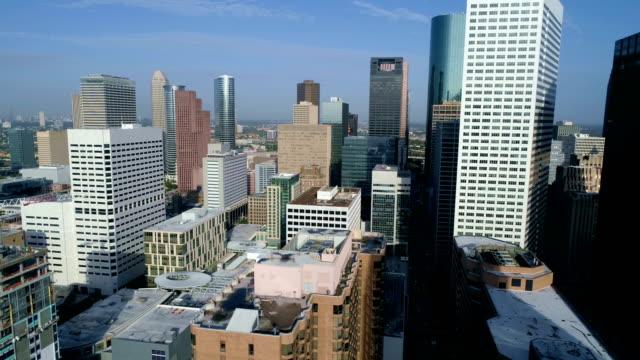 mega-metropole downtown blick hoch über houston, texas drone-luftbild bei sonnenaufgang - texas stock-videos und b-roll-filmmaterial