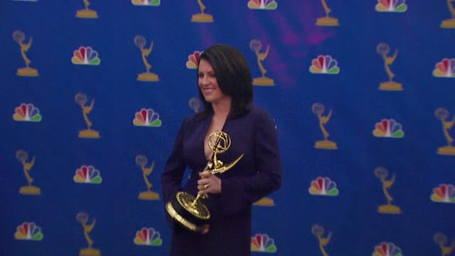"vídeos de stock, filmes e b-roll de megan mullally winner outstanding supporting actress in a comedy series for ""will and grace"" at the 2006 emmy awards press room at the shrine... - megan mullally"
