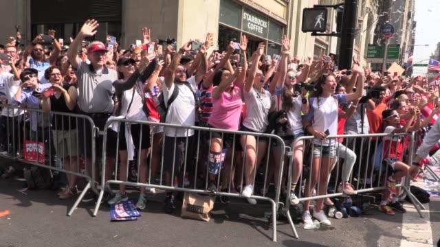 megan rapinoe and her championship soccer team in ticker tape parade up the canyon of heroes in new york city. mayor deblasio on float, crowd chants... - ビル・デ・ブラシオ点の映像素材/bロール