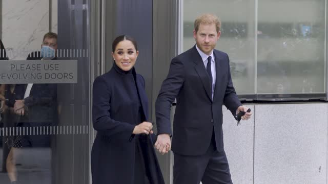 vídeos de stock e filmes b-roll de meghan, duchess of sussex, and prince harry, duke of sussex, visit one world observatory on september 23, 2021 in new york city. - visit