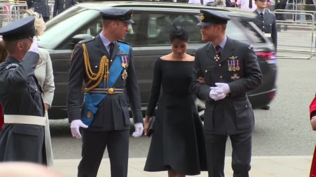 vídeos de stock, filmes e b-roll de meghan duchess of sussex prince harry duke of sussex prince william duke of cambridge and catherine duchess of cambridge arrive at westminster abbey... - meghan harry