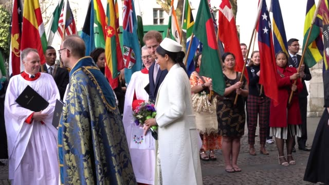 stockvideo's en b-roll-footage met meghan, duchess of sussex, prince harry leaves the commonwealth service at westminster abbey on commonwealth day on march 11, 2019 in london, united... - westminster abbey