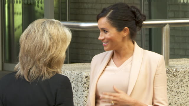 slomo meghan duchess of sussex visits the national theatre on january 30 2019 in london england - 公爵夫人点の映像素材/bロール