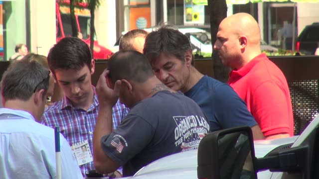mehmet oz aka 'dr. oz' and dave justino on the scene of an nyc taxi accident involving a british tourist and other bystanders mehmet oz aka 'dr. oz'... - メフメト オズ点の映像素材/bロール
