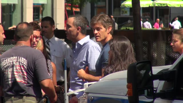 mehmet oz aka 'dr. oz' on the scene of an nyc taxi accident involving a british tourist and other bystanders mehmet oz aka 'dr. oz' on the scene of... - メフメト オズ点の映像素材/bロール