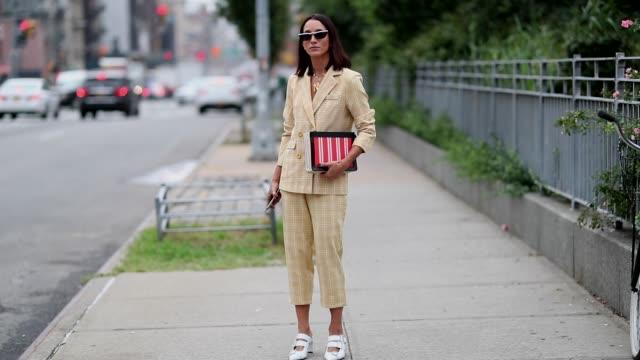 meital katz wearing beige suit with cropped pants outside oscar de la renta during new york fashion week spring/summer 2019 on september 11 2018 in... - completo video stock e b–roll