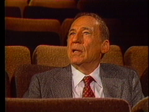 """mel brooks talks about summer comedies and his movie """"spaceballs."""" - satira video stock e b–roll"""