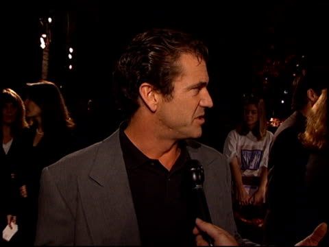mel gibson at the 'home for the holidays' premiere at paramount studios in hollywood, california on october 30, 1995. - 1995 bildbanksvideor och videomaterial från bakom kulisserna