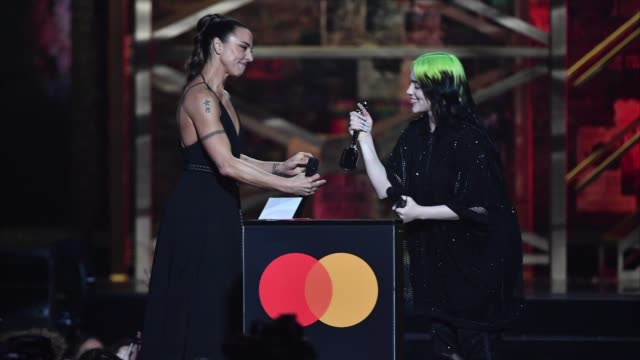 vídeos y material grabado en eventos de stock de gif melanie c presents billie eilish with the international female solo artist award during the brit awards 2020 at the o2 arena on february 18 2020... - billie eilish