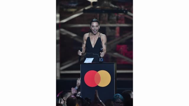 melanie c presents the international female solo artist award during the brit awards 2020 at the o2 arena on february 18, 2020 in london, england. - spice girls stock-videos und b-roll-filmmaterial