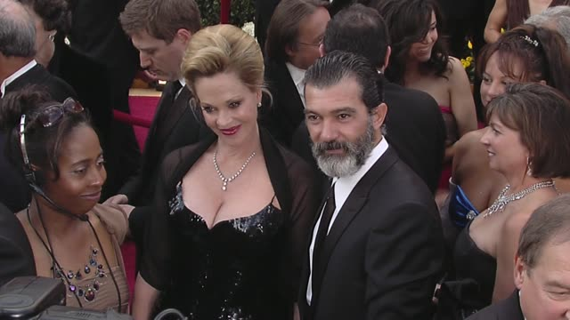 vídeos de stock, filmes e b-roll de melanie griffith and antonio banderas at the 82nd annual academy awards arrivals part 2 at los angeles ca - melanie griffith