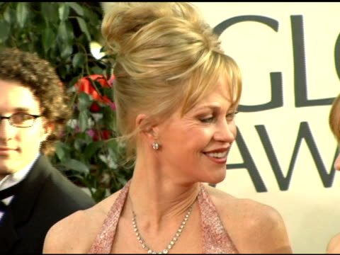 vídeos de stock, filmes e b-roll de melanie griffith and daughters at the 2006 golden globe awards arrivals at the beverly hilton in beverly hills california on january 16 2006 - melanie griffith