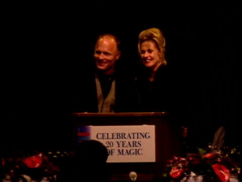 vídeos de stock, filmes e b-roll de melanie griffith and ed harris give a speech on stage - comentarista