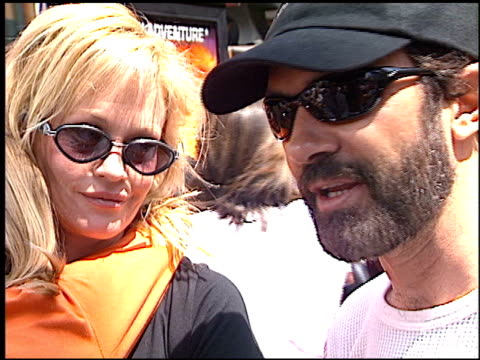 vídeos de stock, filmes e b-roll de melanie griffith at the 'spy kids 2 the island of lost dreams' premiere at grauman's chinese theatre in hollywood california on july 28 2002 - melanie griffith