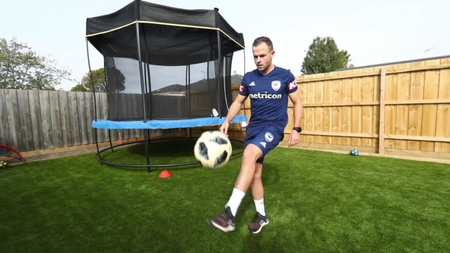vidéos et rushes de melbourne victory aleague player leigh broxham training in isolation with his children triplets billie sonny and mila on april 23 2020 in melbourne... - s'entraîner