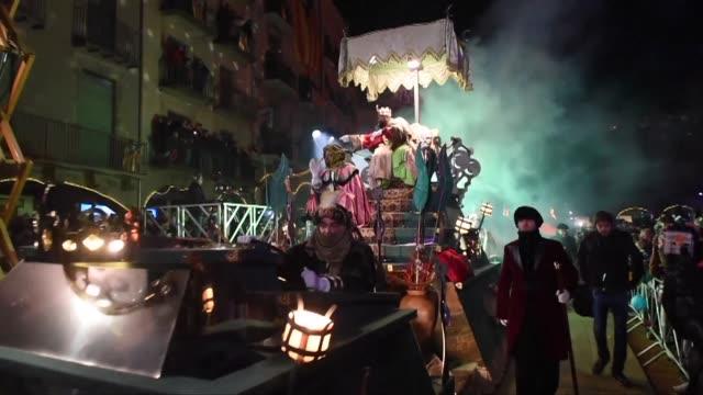 vídeos y material grabado en eventos de stock de melchor gaspar y baltasar desfilaron la noche del jueves por vich y otras ciudades de espana en la vispera del 6 de enero dia de la epifania y... - reyes magos