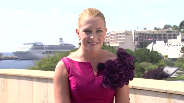 melissa joan hart on stepping up her look for monte carlo at the 51st monte-carlo television festival - interviews at monte-carlo . - melissa joan hart video stock e b–roll