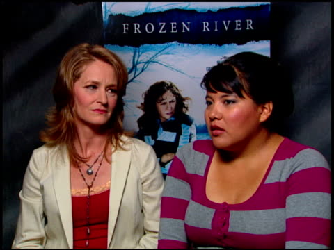 vídeos de stock, filmes e b-roll de melissa leo and misty upham on the subject of smuggling at the 'frozen river' press junket at the four seasons at los angeles ca. - melissa leo