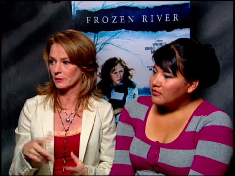 vídeos de stock, filmes e b-roll de melissa leo and misty upham on their character's motivations at the 'frozen river' press junket at the four seasons at los angeles ca. - melissa leo