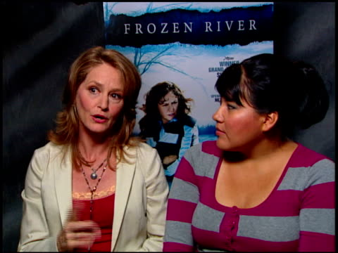 vídeos de stock, filmes e b-roll de melissa leo and misty upham on what they would like the audience to know about the film at the 'frozen river' press junket at the four seasons at los... - melissa leo