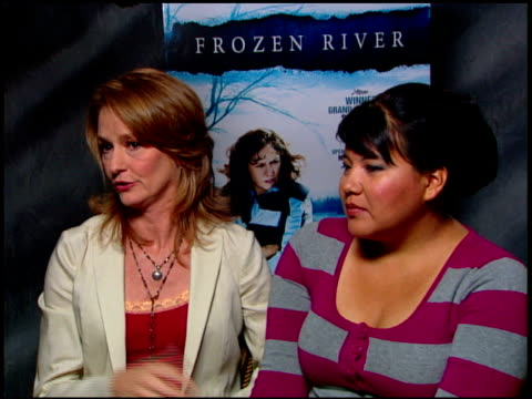 vídeos de stock, filmes e b-roll de melissa leo and misty upham on working in challenging winter conditions at the 'frozen river' press junket at the four seasons at los angeles ca. - melissa leo