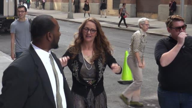 vídeos de stock, filmes e b-roll de melissa leo arrives at the huffington post on september 24, 2014 in new york city. - melissa leo