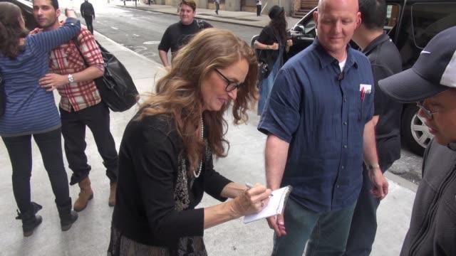 vídeos de stock, filmes e b-roll de melissa leo arrives at the huffington post, poses for photos with fans on september 24, 2014 in new york city. - melissa leo