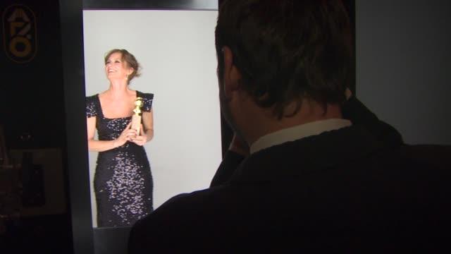 vídeos de stock, filmes e b-roll de melissa leo at the 68th annual golden globe awards - backstage photo booth at beverly hills ca. - melissa leo