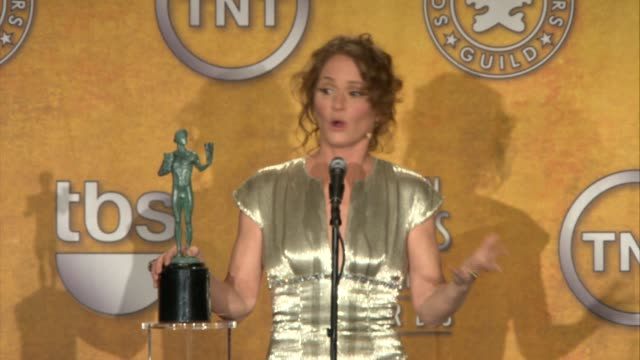 vídeos de stock, filmes e b-roll de melissa leo on the first thing that went through her mind when she found out that she had won at the 17th annual screen actors guild awards - press... - melissa leo