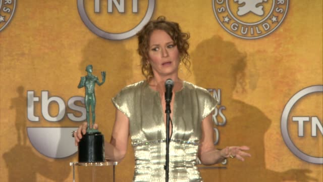vídeos de stock, filmes e b-roll de melissa leo on what actor's work inspires her at the 17th annual screen actors guild awards - press room at los angeles ca. - melissa leo