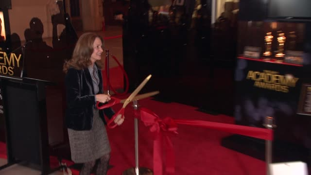 vídeos de stock, filmes e b-roll de melissa leo prepares to cut the ribbon at 84th annual academy awards 'meet the oscars' at new yorks grand central terminal on 2/22/12 in new york... - melissa leo