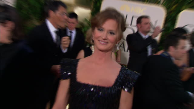 vídeos de stock, filmes e b-roll de melissa leo waves as she poses for paparazzi on the red carpet at the beverly hilton hotel - melissa leo