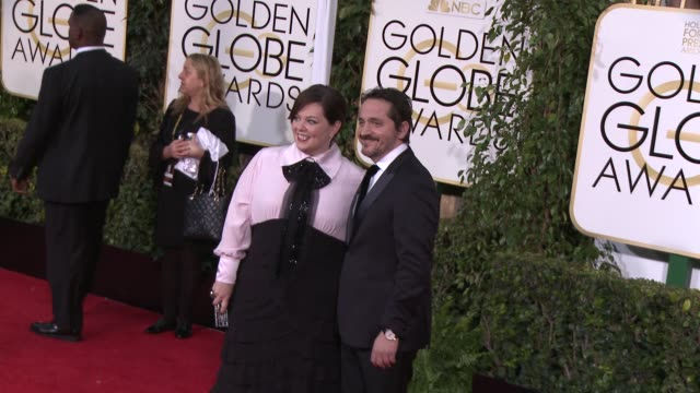 vídeos y material grabado en eventos de stock de melissa mccarthy and ben falcone at the 72nd annual golden globe awards arrivals at the beverly hilton hotel on january 11 2015 in beverly hills... - the beverly hilton hotel